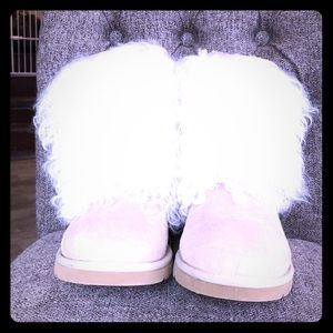 Fuzzy tan Ugg boots size 6
